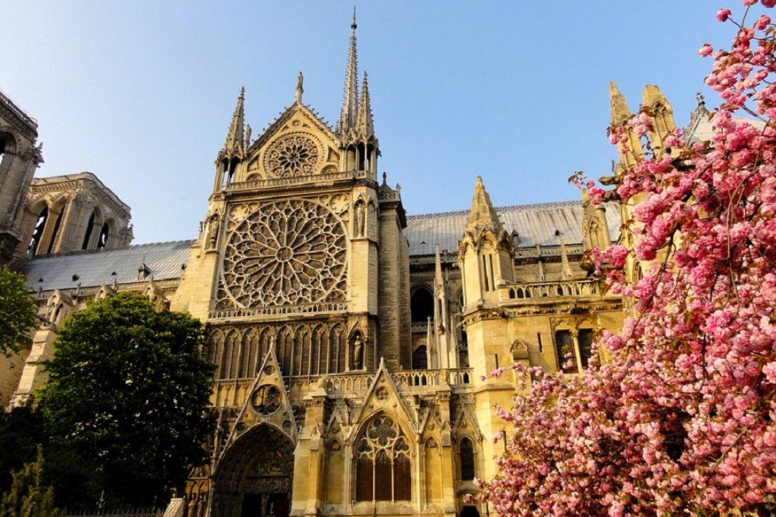 В Париже горит легендарный собор Нотр-Дам де Пари