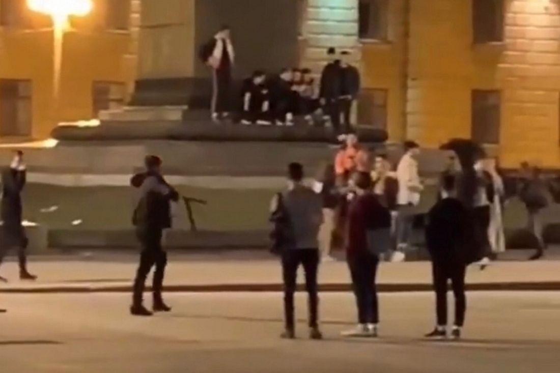 «Страшно было». На площади Ленина в Пензе хулиган напугал толпу прохожих арматурой