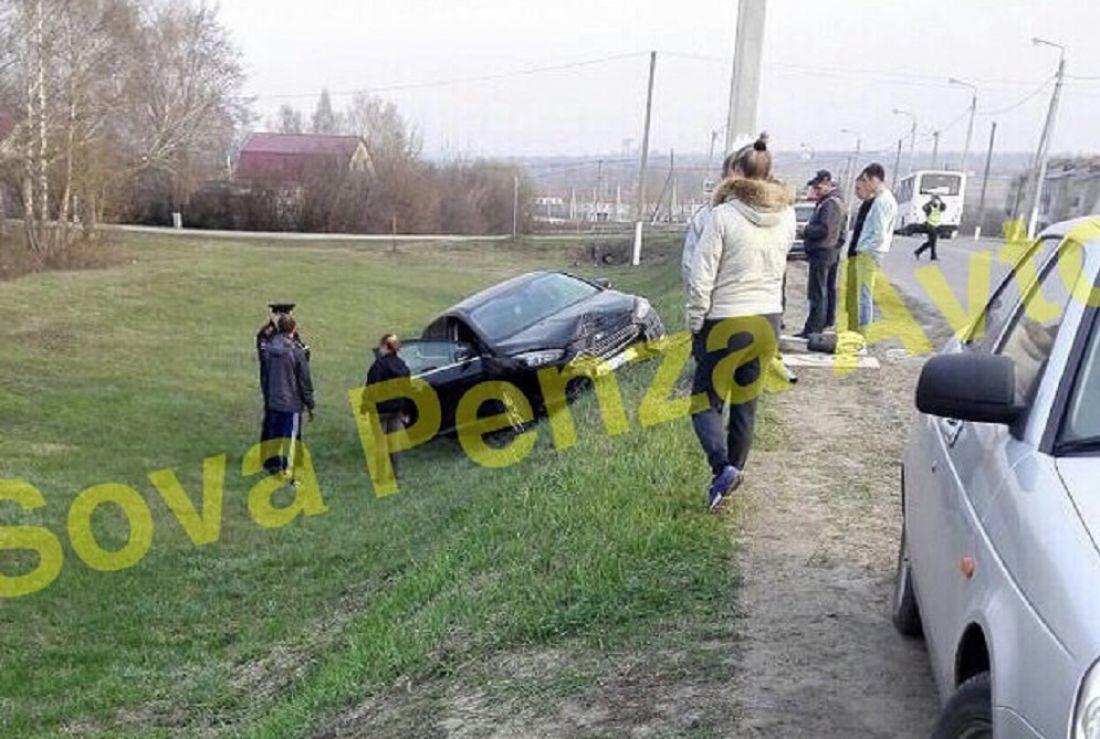 Водитель сбежал. В Грабово автомобиль снес дорожный знак